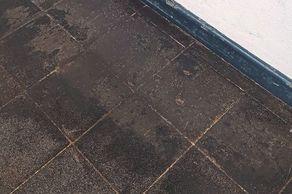 Misslungene Grundreinigung eines Gussasphaltbodens: So lässt sich massiver Schichtaufbau entfernen