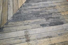 Reinigung einer Holzterrasse: Halbherzig ausgeführt